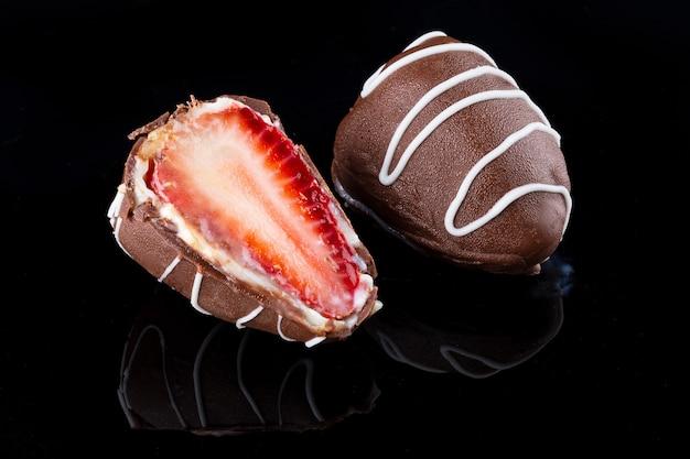 Chocoladetruffel met aardbeienvulling