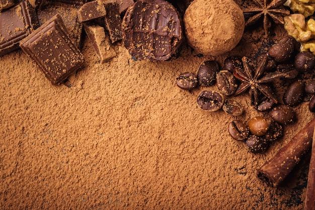 Chocoladetruffel, truffelchocoladesuikergoed met cacaopoeder.zelfgemaakte balletjes van verse energie met chocolade.gourmet truffels gemaakt door chocolatier.hunks van chocolade en koffiebonen, kopie ruimte