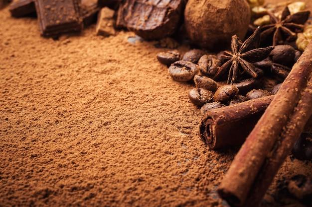 Chocoladetruffel, truffelchocoladesuikergoed met cacaopoeder.zelfgemaakte balletjes van verse energie met chocolade.gourmet truffels gemaakt door chocolatier.hunks van chocolade en koffiebonen, kopie ruimte Premium Foto