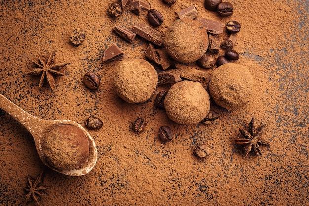 Chocoladetruffel, truffelchocoladesuikergoed met cacaopoeder.zelfgemaakte balletjes van verse energie met chocolade.gourmet truffels gemaakt door chocolatier.hunks van chocolade en koffiebonen