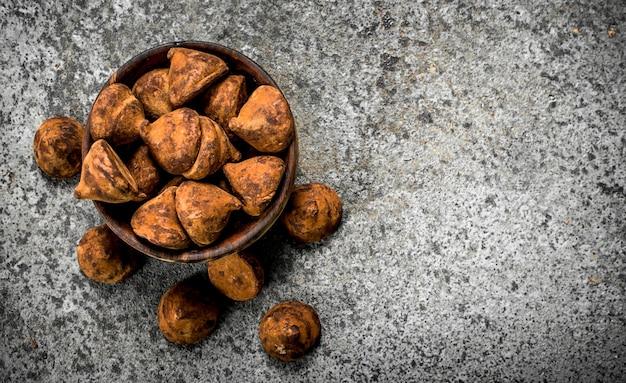 Chocoladetruffels in een kom.