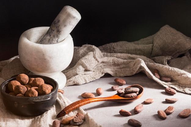 Chocoladetruffels in kom en lepel met cacaobonen