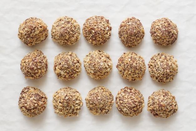Chocoladetruffels in wafelkruimels, bovenaanzicht