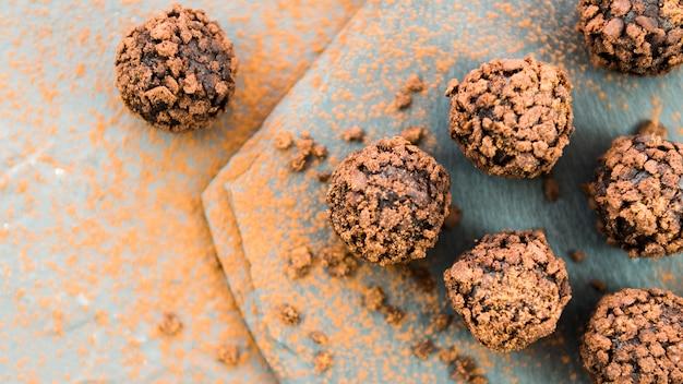 Chocoladetruffels met koekjeskruimel op stenen aanrecht