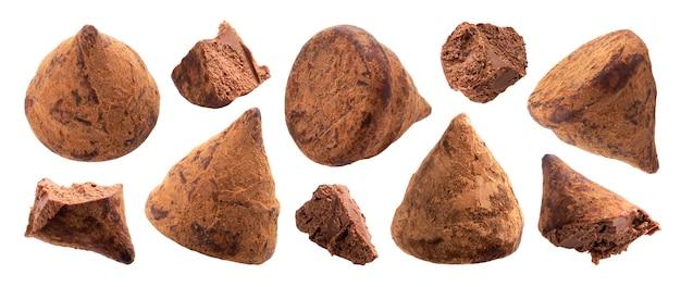 Chocoladetruffelsnoepjes hele en gebeten stukjes set. zelfgemaakte heerlijke geïsoleerde snoepjes close-up pack. lekkere zoetwaren collectie. luxe cacaosnoepjes gebroken delen op witte achtergrond