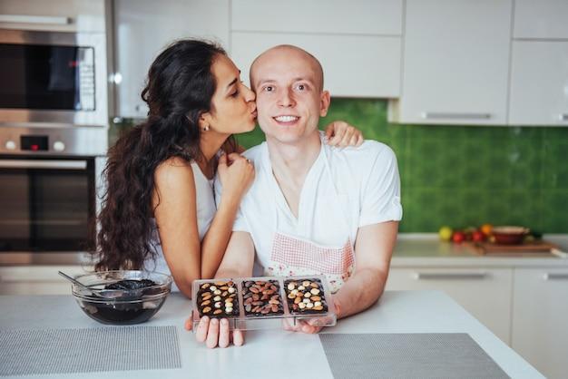 Chocoladevoorbereiding die chocolade in de keuken maken