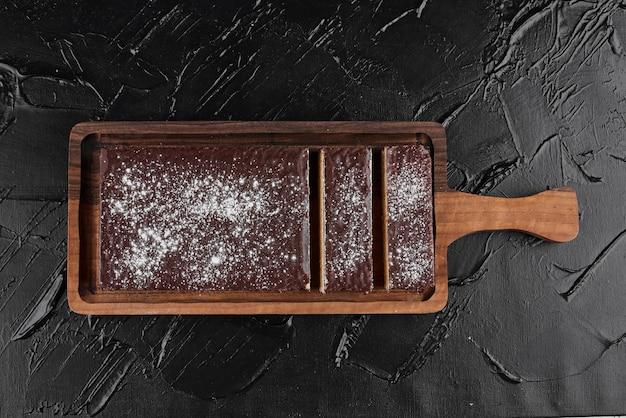 Chocoladewafel op een houten schotel.