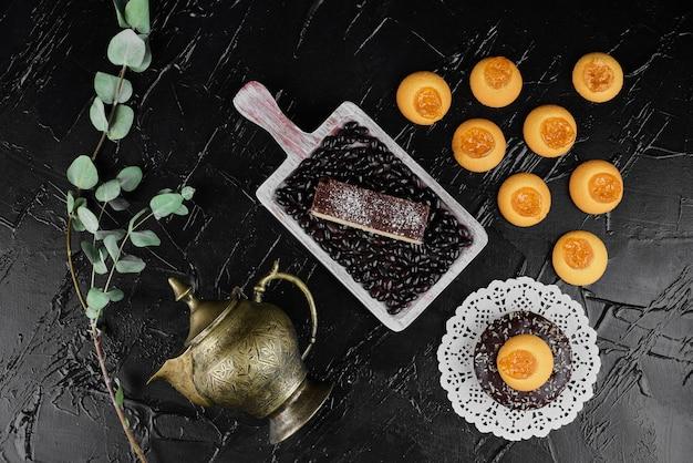Chocoladewafels met koekjes met confituurlaagje.