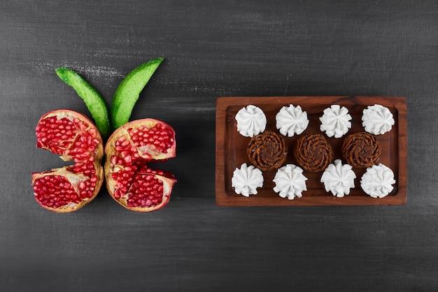 Chocoladewafels met slagroom en granaatappel.