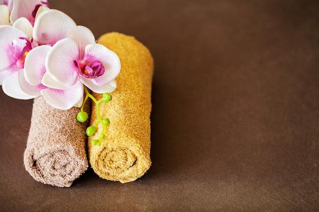 Chocolate spa. samenstellings bruine handdoek in hotelruimte van kuuroordbehandeling