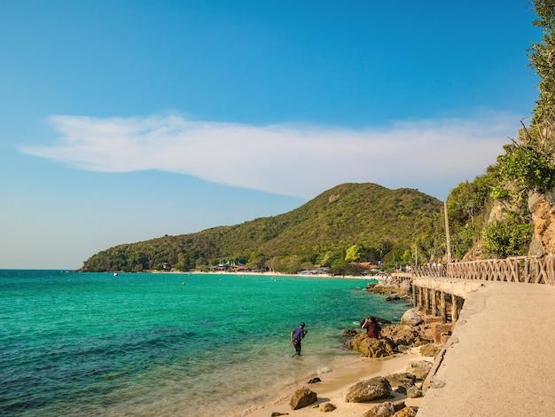 Chonburi/thailand - 20 apr 2019: onbekende toeristen lopen op stenen brug met prachtig zeegezicht op koh lan eiland pattaya thailand
