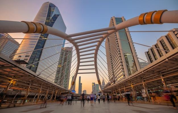 Chong nonsi skywalk bij skytrain station (bts) op de silom line