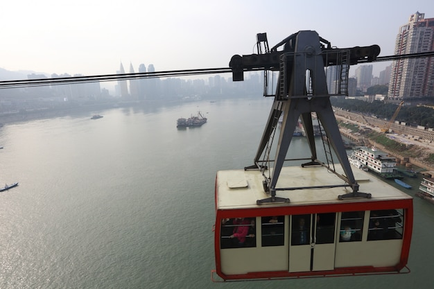 Chongqing, china, kabelbaancafés over de yangze-rivier