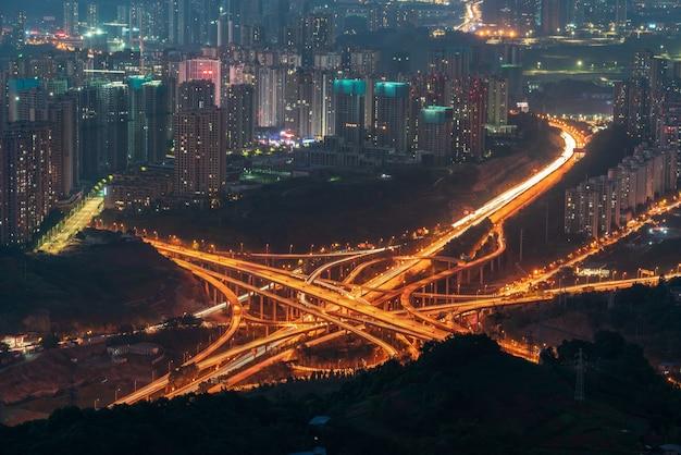 Chongqing verhoogde wegkruising en uitwisselingsviaduct 's nachts