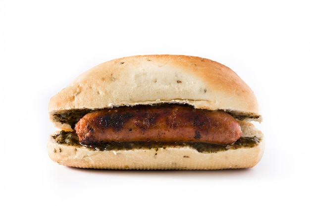 Choripan. de traditionele sandwich van argentinië met chorizo en geïsoleerde chimichurrisaus