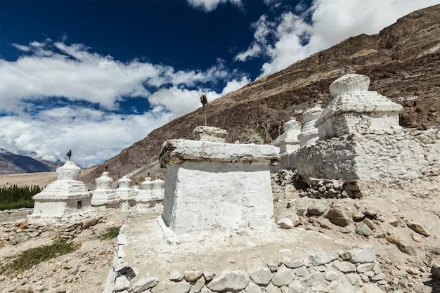 Chortens tibetaanse boeddhistische stoepa's in de himalaya