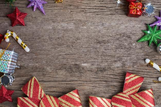 Chrismassnuisterijen en variëren van decoratie op houten achtergrond