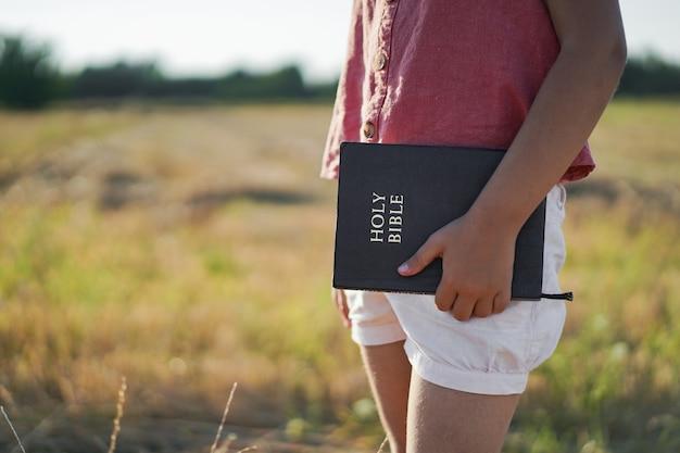 Christelijk meisje houdt bijbel in haar handen.