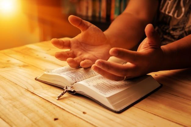 Christelijke hand tijdens het bidden en aanbidden voor christelijke religie