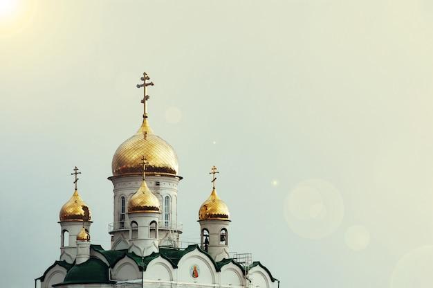 Christelijke kerk op de blauwe hemel