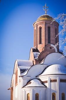 Christelijke kerk van baksteen en gouden koepels