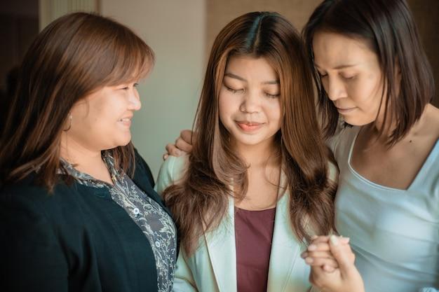 Christelijke mensen bidden om aanmoediging en ondersteuning.