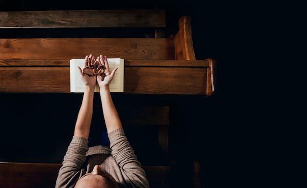 Christelijke vrouw bidden in de kerk.