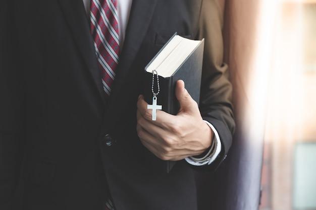 Christelijke zakenman bidden in functie