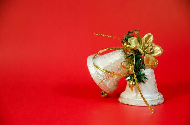 Christmas bell op rode achtergrond