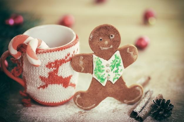 Christmas cup ornament en snoep op een houten tafel .photo met kopie ruimte