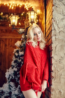 Christmas fashion sexy vrouw blonde in de rode trui