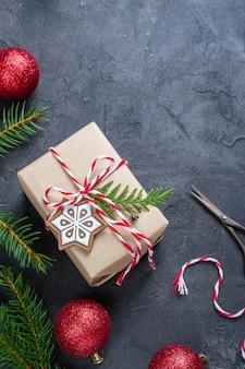 Christmas gift boxwith decoraties en pijnboom. plat leggen