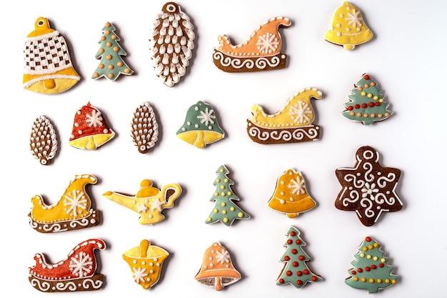 Christmas gingerbread geïsoleerd op een witte achtergrond. sneeuwvlok, sparren, ster, kegel, ster, belvorm plat leggen