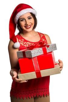 Christmas santa hat geïsoleerde vrouw portret houden kerstcadeau. glimlachend gelukkig meisje op witte achtergrond