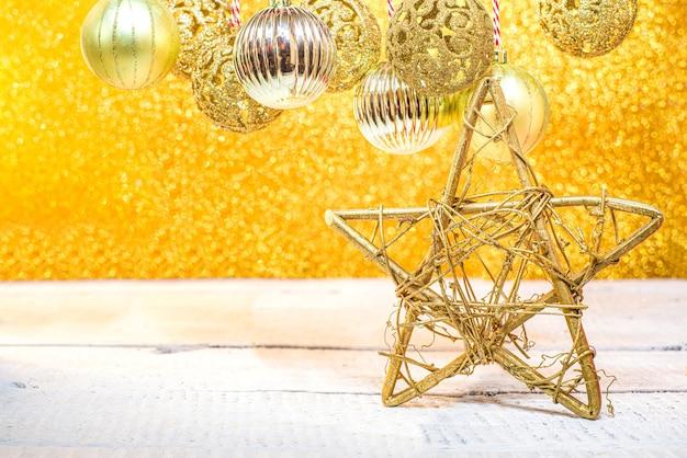 Christmas shining gouden achtergrond, met gouden kerstballen en kerstballen