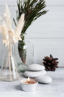 Christmas spa-samenstelling met pijnboomtakken en aangestoken kaars. beauty wellness, lichaamsverzorging. wenskaart voor moederdag, kerstmis of bruiloft