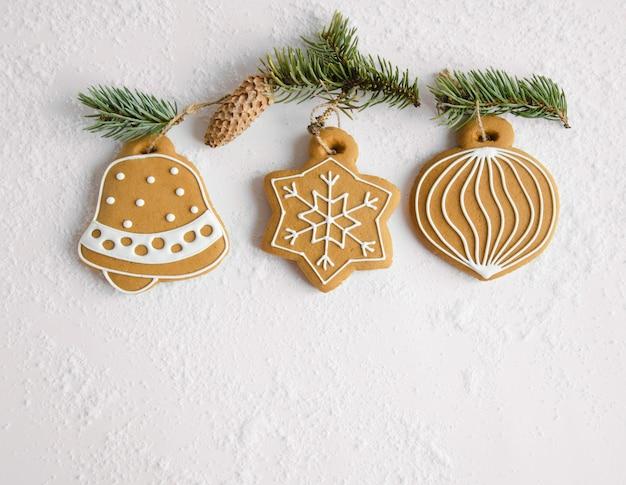 Christmas speelgoed peperkoek cookies opknoping op de takken van een kerstboom. bovenaanzicht