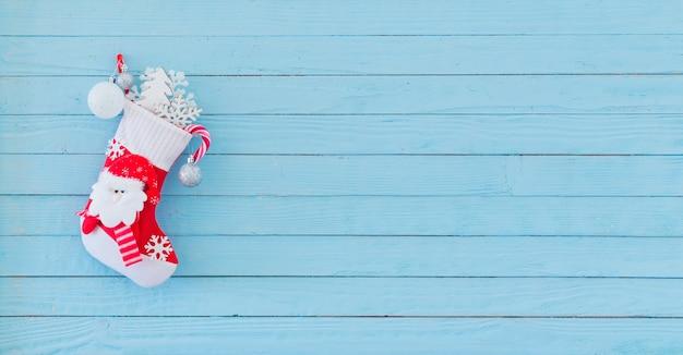 Christmas stocking met geschenken blauwe houten muur hangen