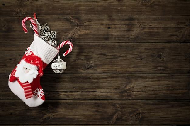 Christmas stocking met geschenken donkere oude houten backgro hangen