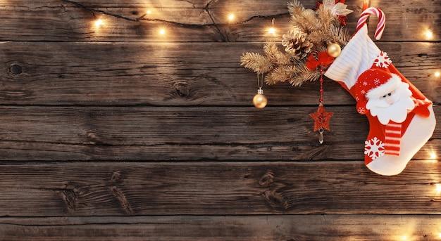 Christmas stocking met geschenken opknoping op donkere oude houten achtergrond