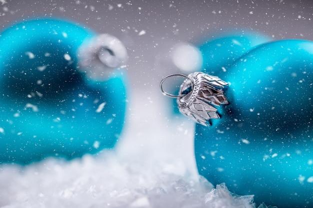Christmas time-ballen in de sneeuw en besneeuwde abstracte scènes