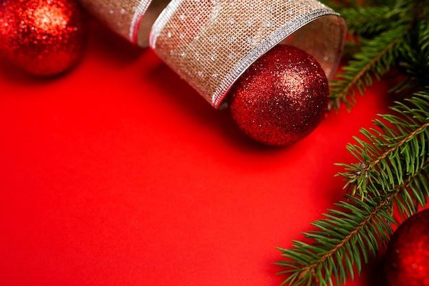 Christmas wenskaart met decoraties op rode achtergrond met kopie ruimte