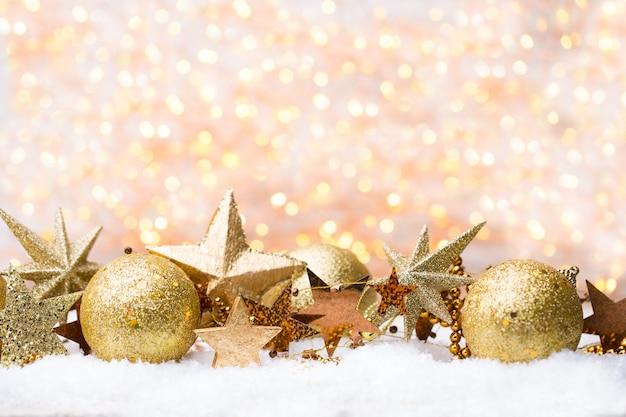Christmas wenskaart met gouden kerstversiering.