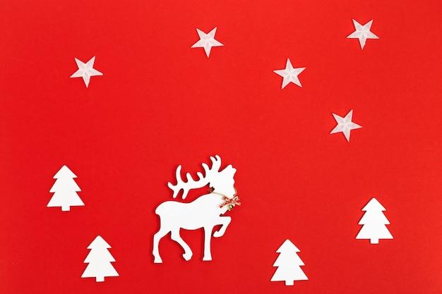 Christmas wenskaart met handgemaakte witte herten in fir tree forest