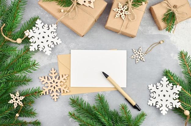 Christmas wenskaart met houten decoraties, geschenkdozen en sparren takken
