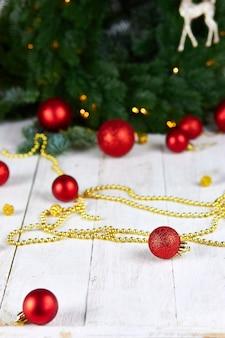 Christmas wenskaart met lampjes op witte achtergrond
