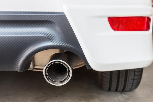 Chrome-pijp van witte krachtige sportwagenbumper
