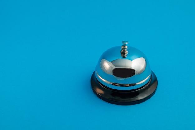 Chromen bel voor ontvangst op een blauwe achtergrond