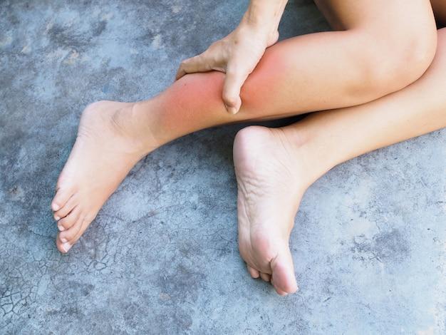 Chronische spierpijn en acute beenpijn en massage op het lichaam om krampen in de benen te verlichten.