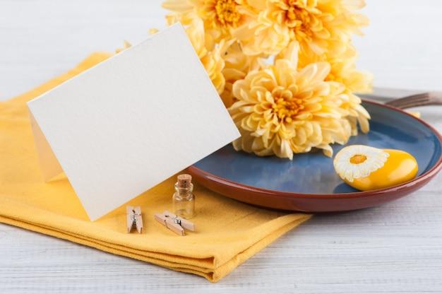Chrysantenbloemen op een plaat op een houten lijst